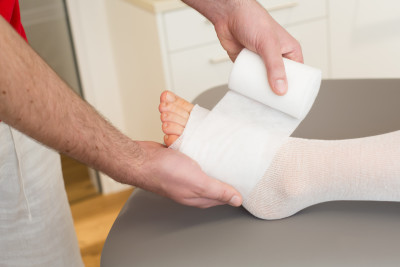 Bandagierung vom Fuss während einer Lymphdrainage